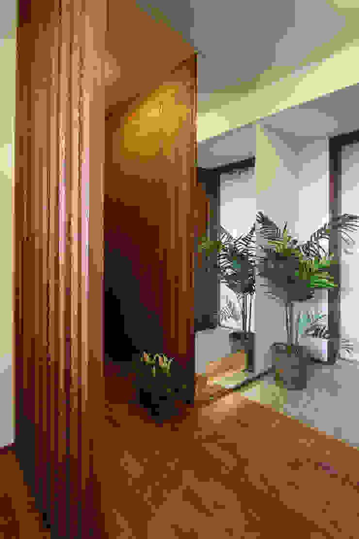 天井いっぱいの姿見がアクセント モダンスタイルの 玄関&廊下&階段 の 遠藤浩建築設計事務所 H,ENDOH ARCHTECT & ASSOCIATES モダン