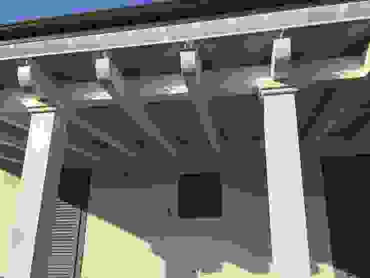 Legno e alluminio Balcone, Veranda & Terrazza in stile mediterraneo di VIVERE IL FUORI Mediterraneo