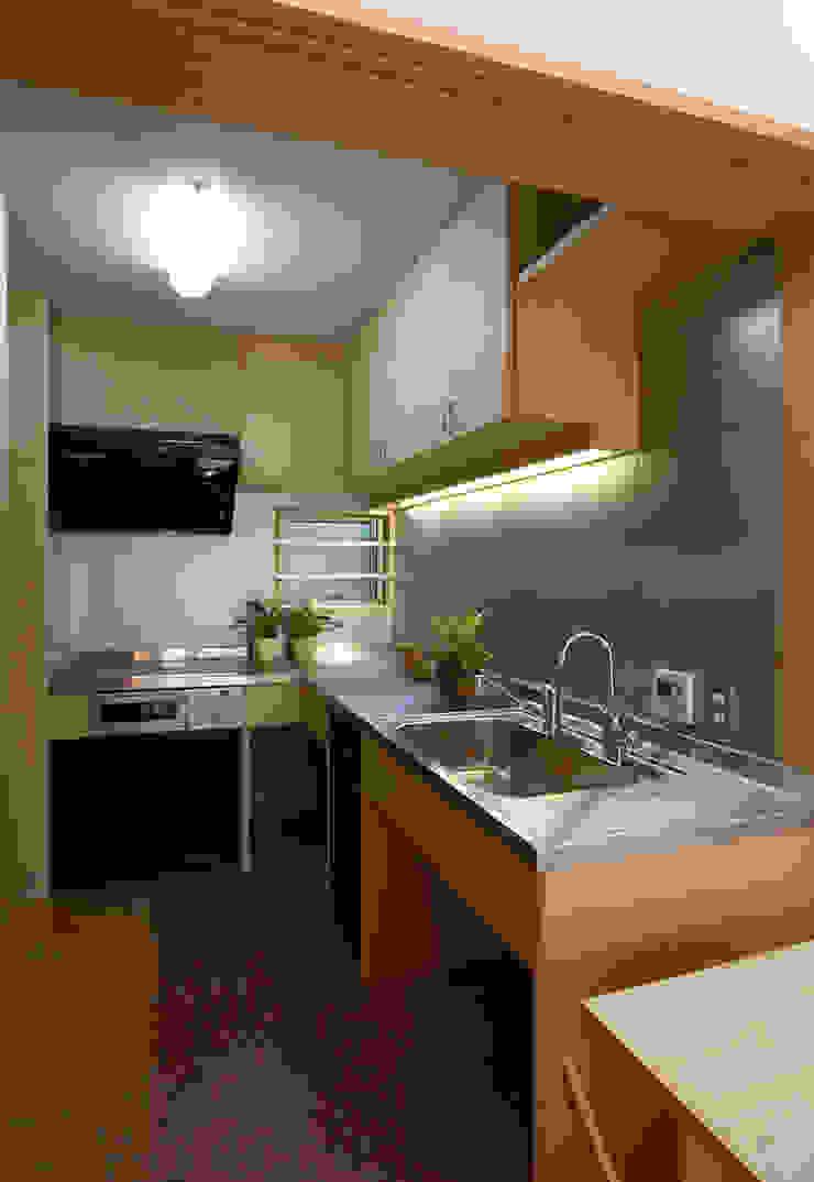 Cucina moderna di 遠藤浩建築設計事務所 H,ENDOH ARCHTECT & ASSOCIATES Moderno