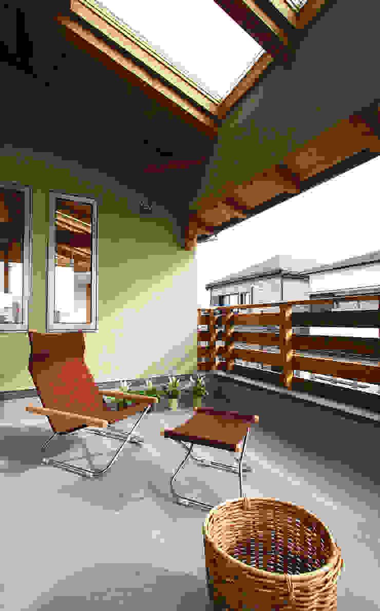 Modern style balcony, porch & terrace by 遠藤浩建築設計事務所 H,ENDOH ARCHTECT & ASSOCIATES Modern