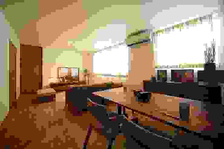 Salones de estilo  de zuiun建築設計事務所 / 株式会社 ZUIUN, Moderno