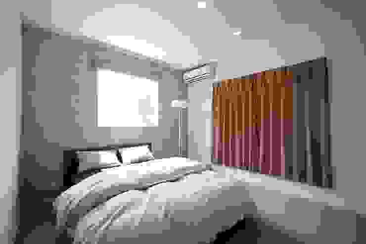 Chambre moderne par zuiun建築設計事務所 / 株式会社 ZUIUN Moderne