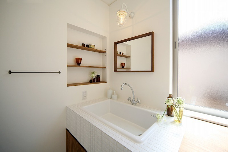 Banheiros modernos por zuiun建築設計事務所 / 株式会社 ZUIUN Moderno