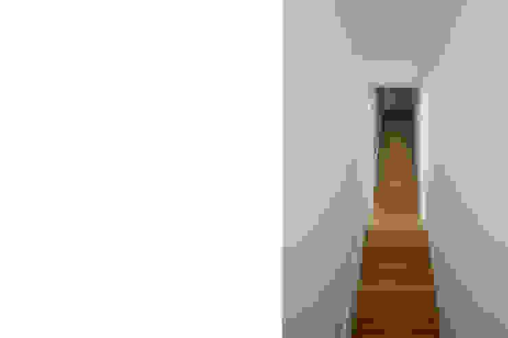 Casa em Azeitão Corredores, halls e escadas minimalistas por Atelier Central Arquitectos Minimalista
