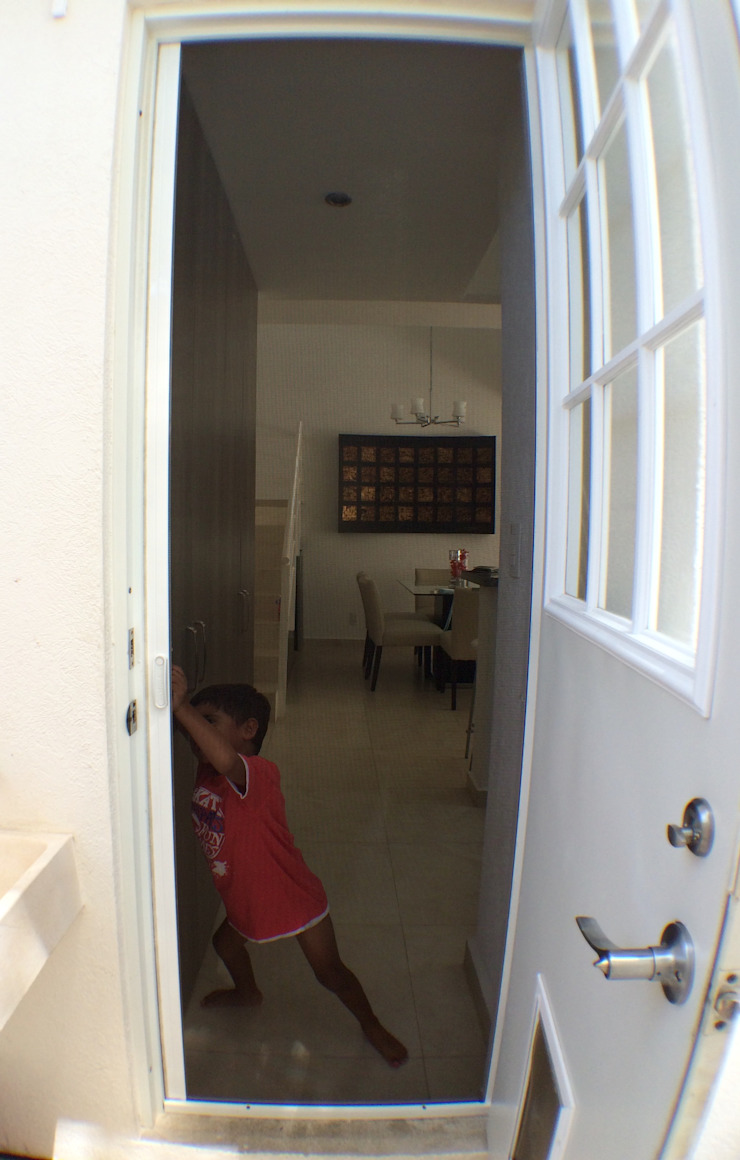 Puerta de acceso a la cocina. de ClearView Screens Mexico