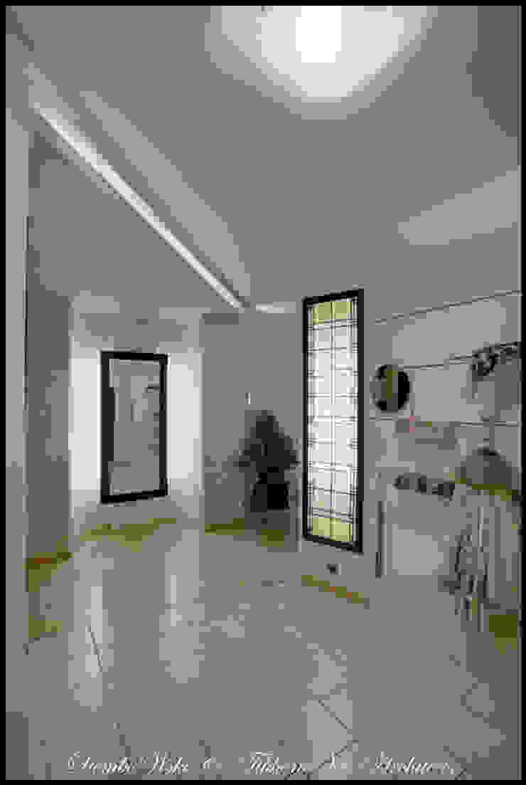 Cовременный интерьер с художественными деталями. Коридор, прихожая и лестница в стиле минимализм от D&T Architects Минимализм