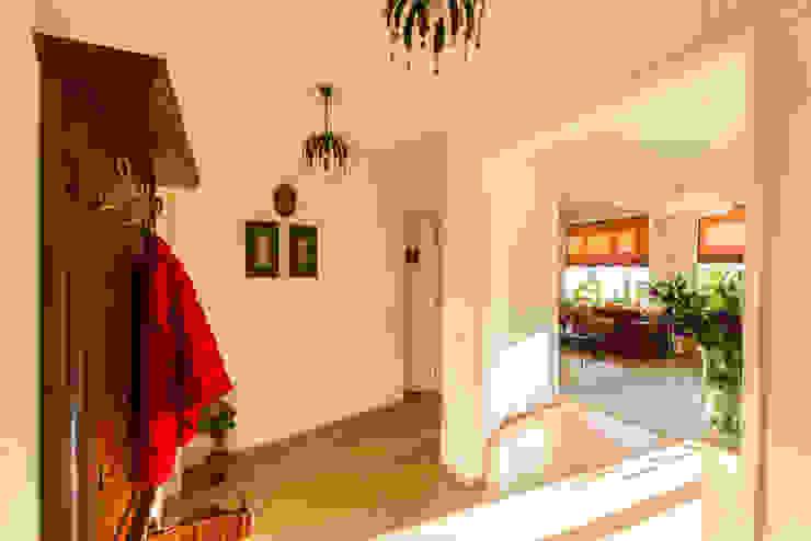 """""""Шутливый дизайн"""" - квартира в Москве Коридор, прихожая и лестница в стиле минимализм от D&T Architects Минимализм"""