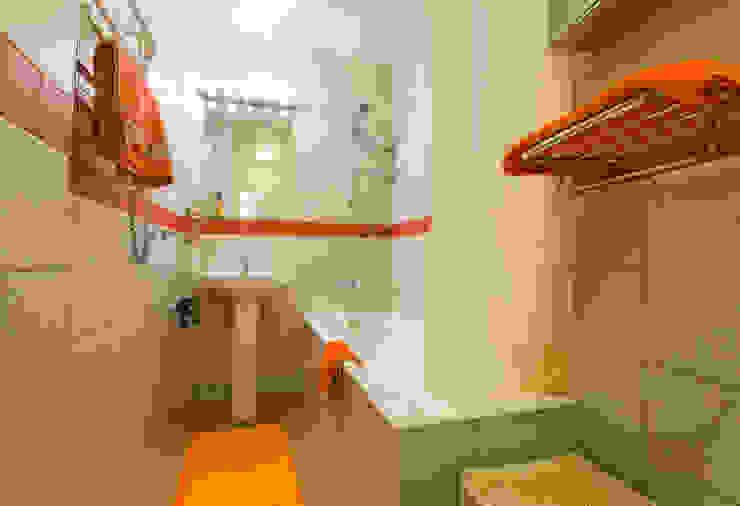 """""""Шутливый дизайн"""" - квартира в Москве Ванная комната в стиле минимализм от D&T Architects Минимализм"""