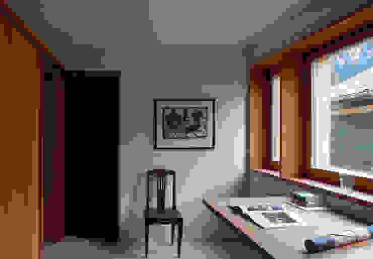 Zwei Häuser in Leis -Vals, CH Moderne Arbeitszimmer von Simona Pribeagu Schmid, dipl. Architektin AAM Modern