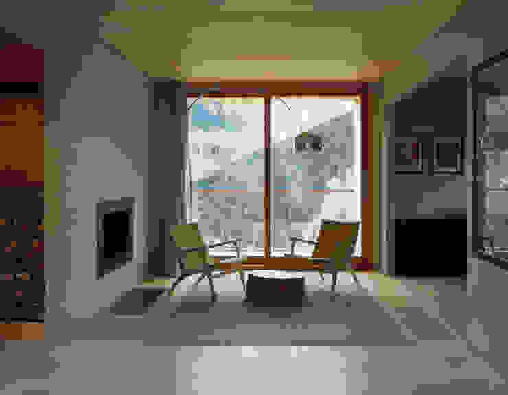 Zwei Häuser in Leis -Vals, CH Moderne Wohnzimmer von Simona Pribeagu Schmid, dipl. Architektin AAM Modern