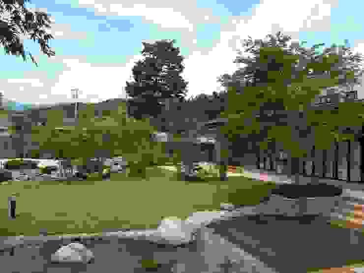 流れと池のある癒しの自然風庭園 クラシカルな 庭 の アート・ボー・エントランス クラシック
