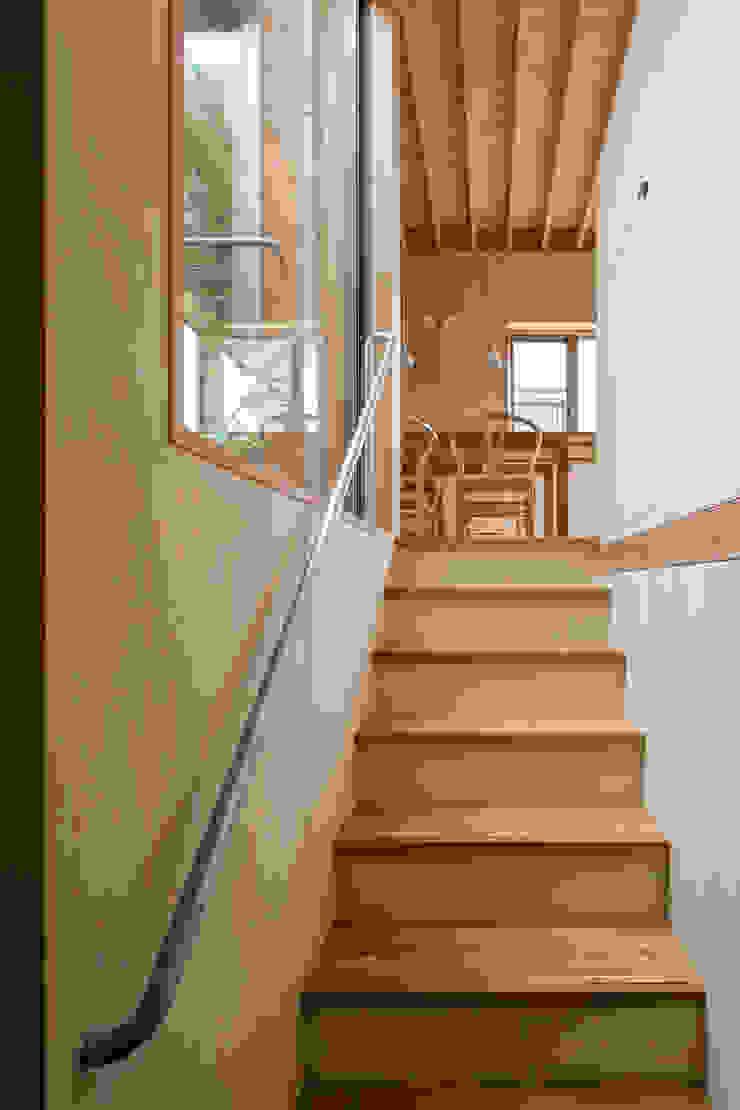 Pasillos, vestíbulos y escaleras de estilo moderno de 株式会社リオタデザイン Moderno