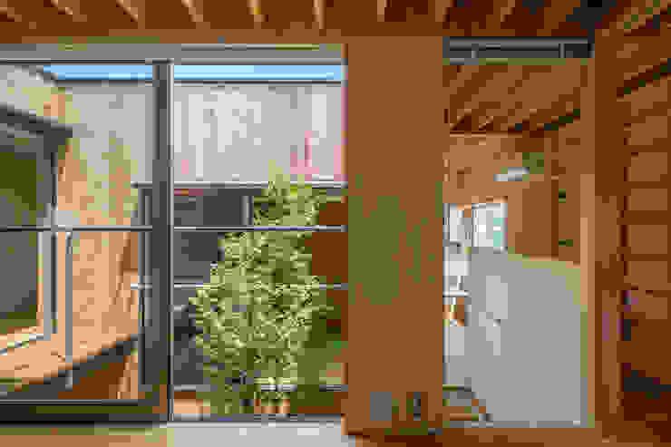 Salas de estilo moderno de 株式会社リオタデザイン Moderno