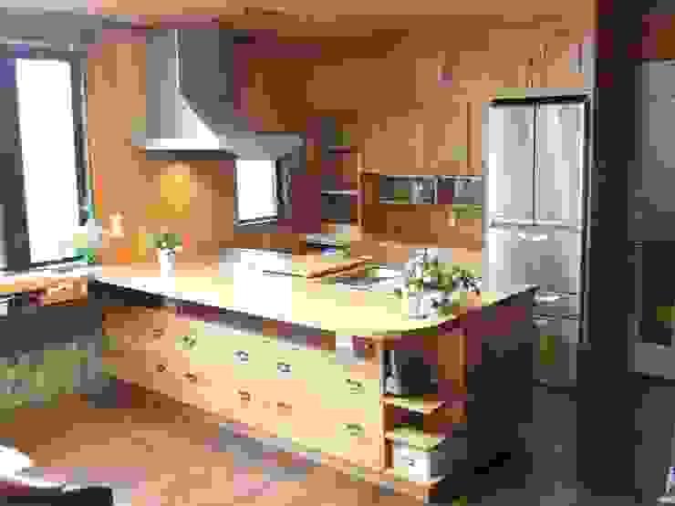 von 一枚板テーブルと無垢材家具・キッチンの祭り屋 Ausgefallen