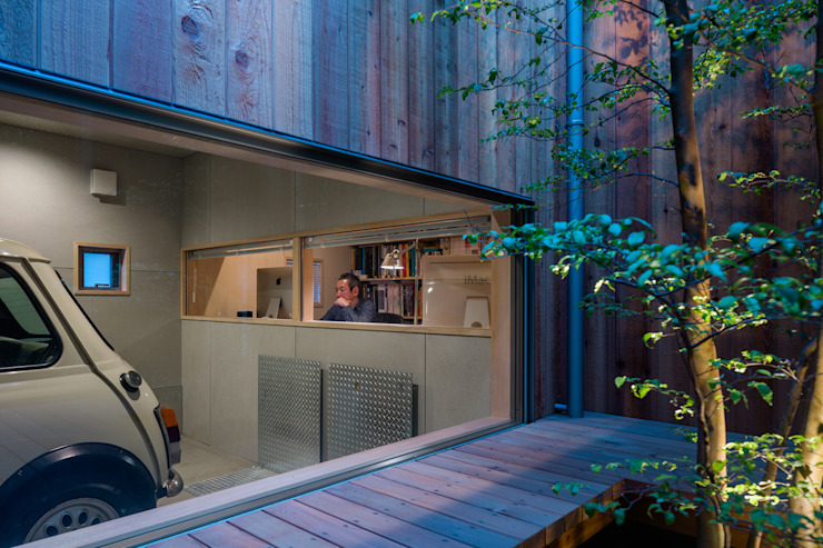 Modern Garage and Shed by 株式会社リオタデザイン Modern