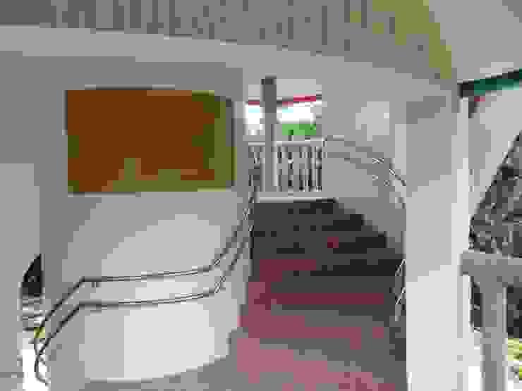 Mediterranean corridor, hallway & stairs by (株)スペースデザイン設計(一級建築士事務所) Mediterranean