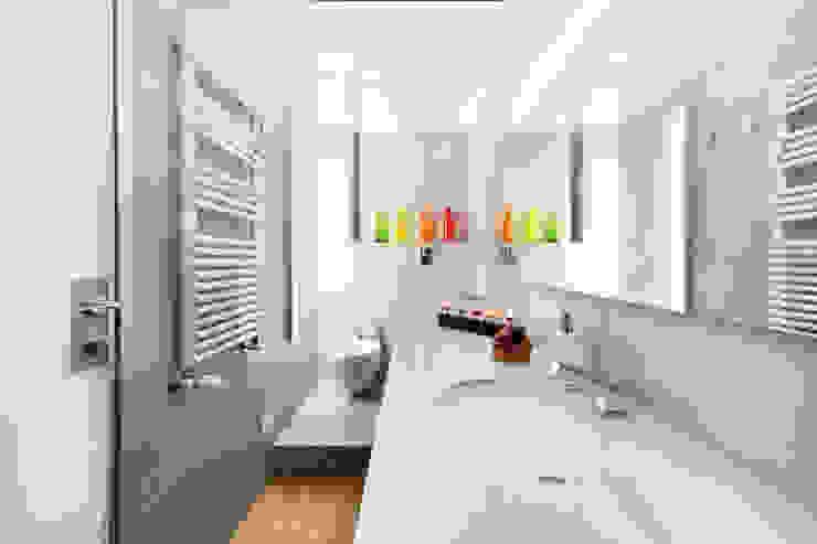 Modern Bathroom by 23bassi studio di architettura Modern Ceramic