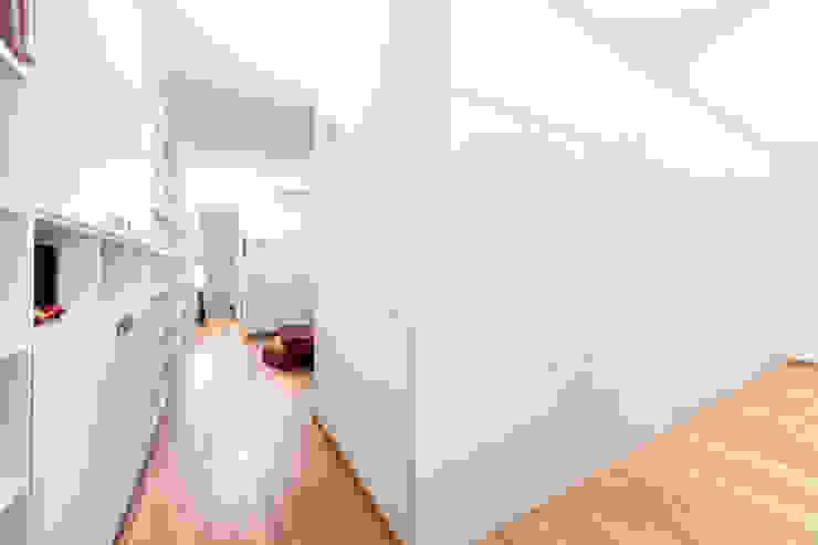 Pasillos, vestíbulos y escaleras de estilo moderno de 23bassi studio di architettura Moderno Madera Acabado en madera