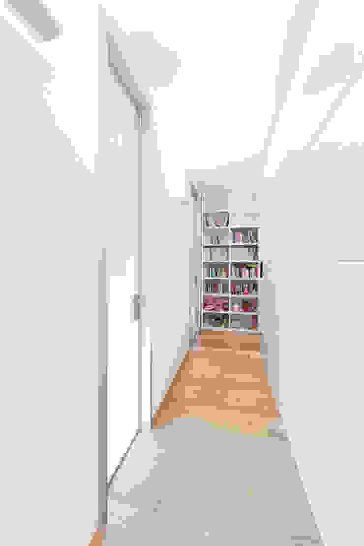 Couloir, entrée, escaliers modernes par 23bassi studio di architettura Moderne Bois Effet bois