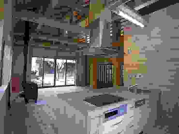 2本の柱を家の中心に組み上げた木材が重厚: 一枚板テーブルと無垢材家具・キッチンの祭り屋が手掛けた折衷的なです。,オリジナル