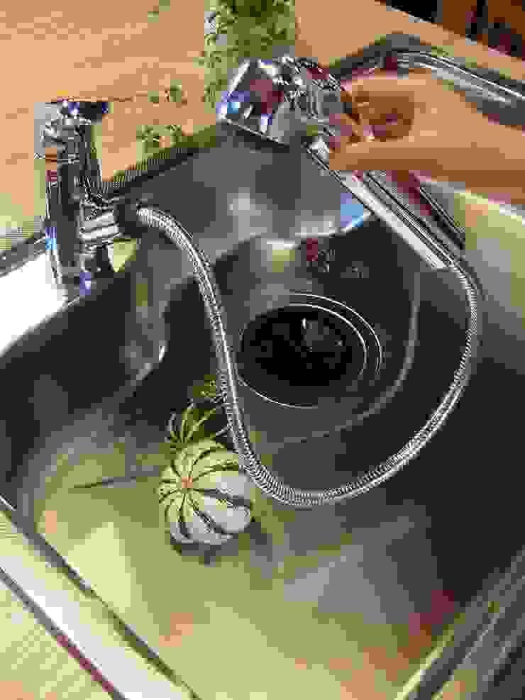 水洗金具も細やかな配慮を: 一枚板テーブルと無垢材家具・キッチンの祭り屋が手掛けた折衷的なです。,オリジナル