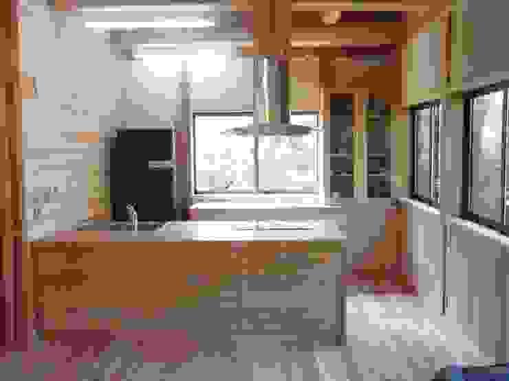 アメリカンアッシュ(タモ材)の重厚なキッチン: 一枚板テーブルと無垢材家具・キッチンの祭り屋が手掛けた折衷的なです。,オリジナル