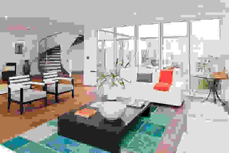 Modern conservatory by ELK Fertighaus GmbH Modern