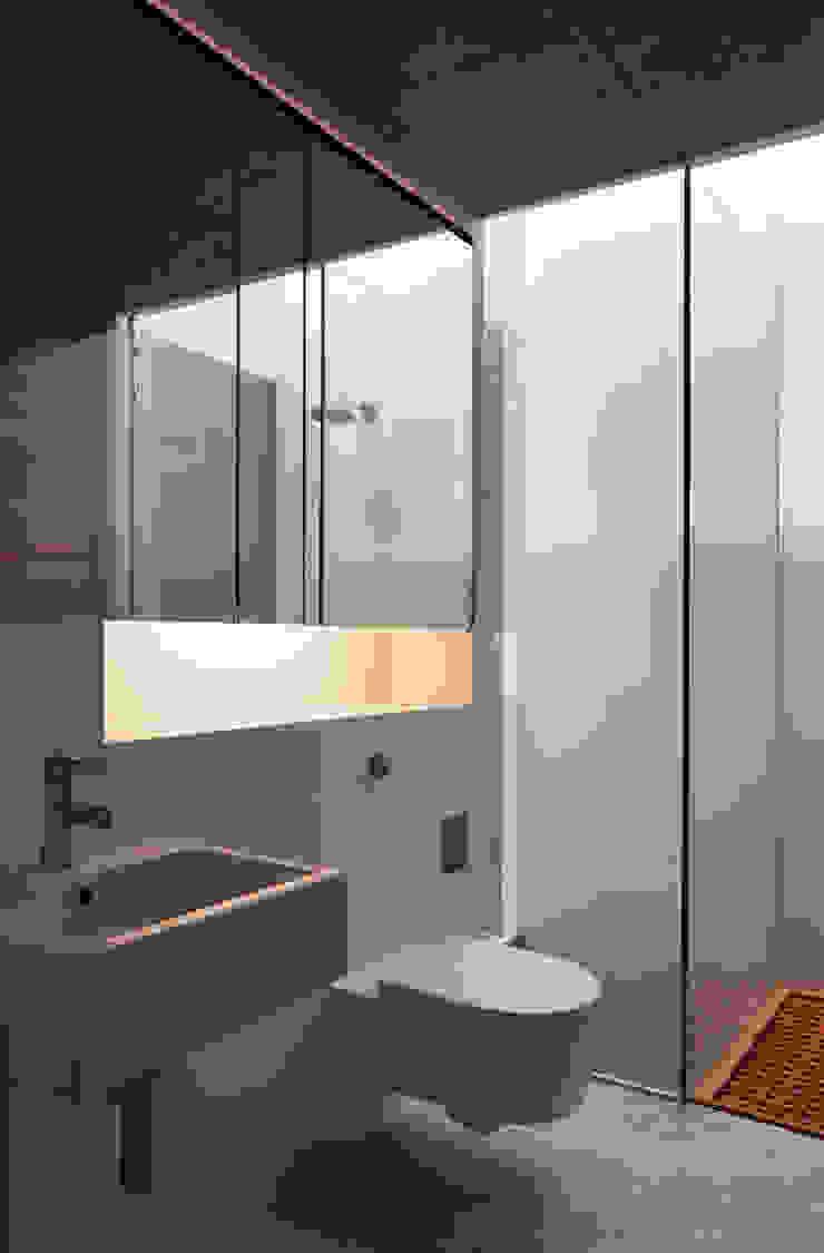 Bathroom Baños de estilo moderno de Eldridge London Moderno Sintético Marrón