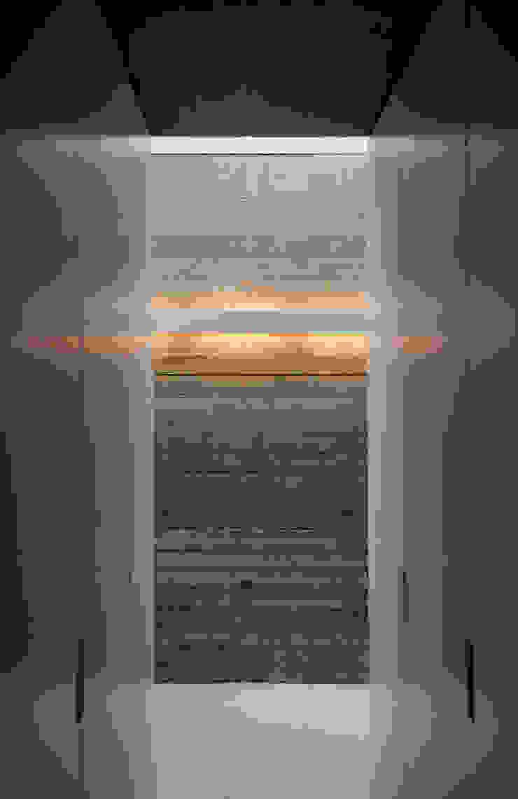 Dressing area with board marked concrete Pasillos, halls y escaleras minimalistas de Eldridge London Minimalista