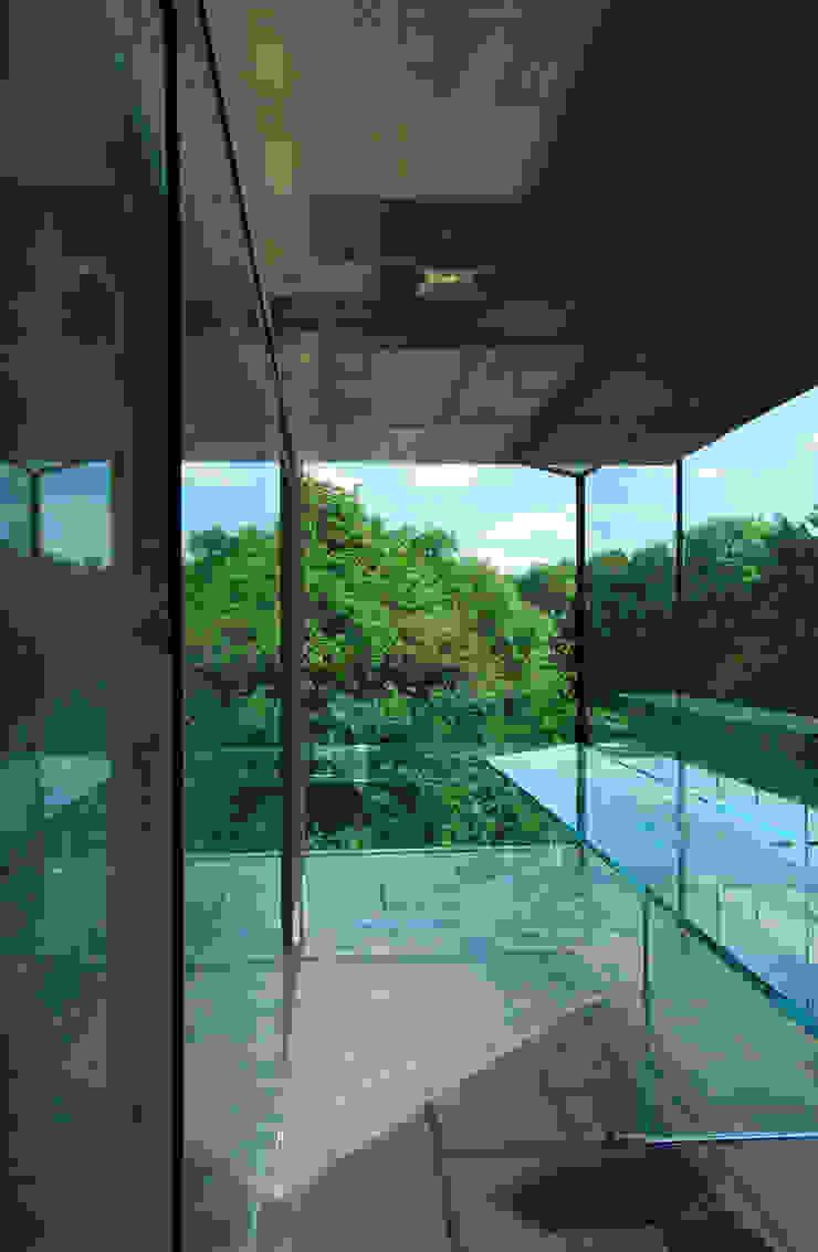 Glass desk - study with views Estudios y bibliotecas de estilo minimalista de Eldridge London Minimalista Vidrio