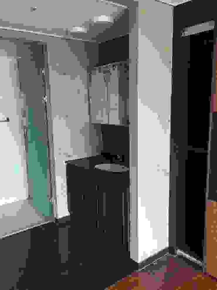 욕실2 (Before): 1204디자인의 미니멀리스트 ,미니멀