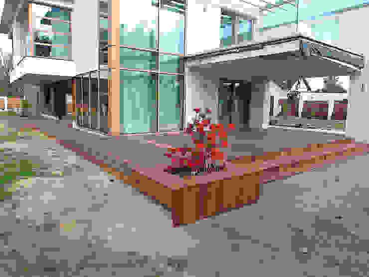Taras drewniany w Cigacicach wykonany z drewna Bangkirai. od PHU Bortnowski