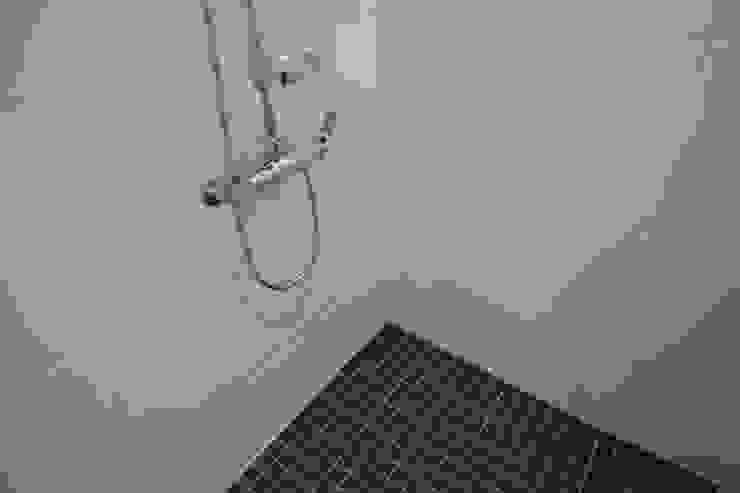 욕실1  타일 (After): 1204디자인의 미니멀리스트 ,미니멀