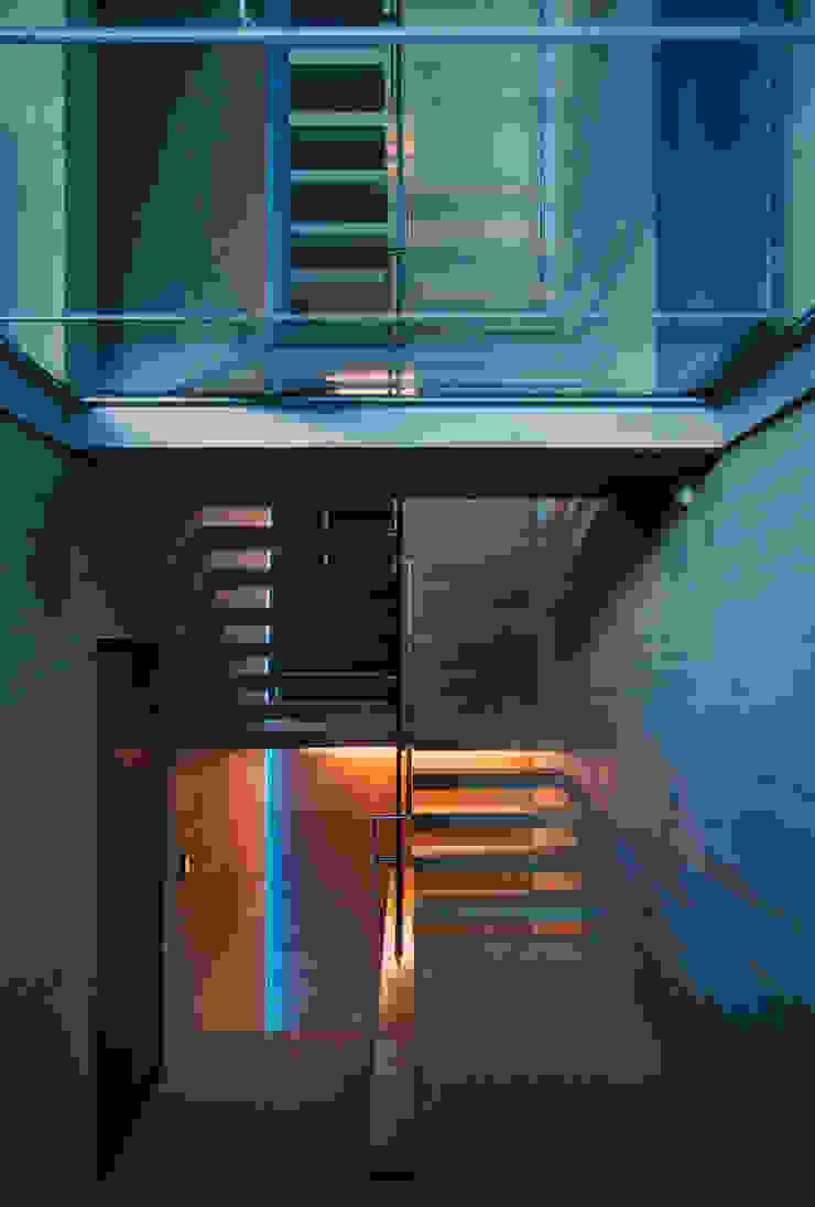Cantilevered concrete staircase and glass floors Pasillos, halls y escaleras minimalistas de Eldridge London Minimalista