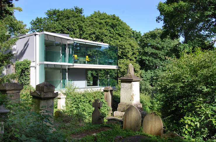 Rear view of house from Cemetery Casas estilo moderno: ideas, arquitectura e imágenes de Eldridge London Moderno Vidrio