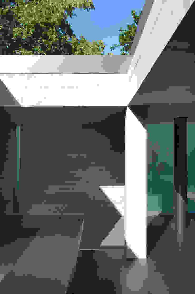 Concrete details in open-air kitchen Cocinas de estilo minimalista de Eldridge London Minimalista