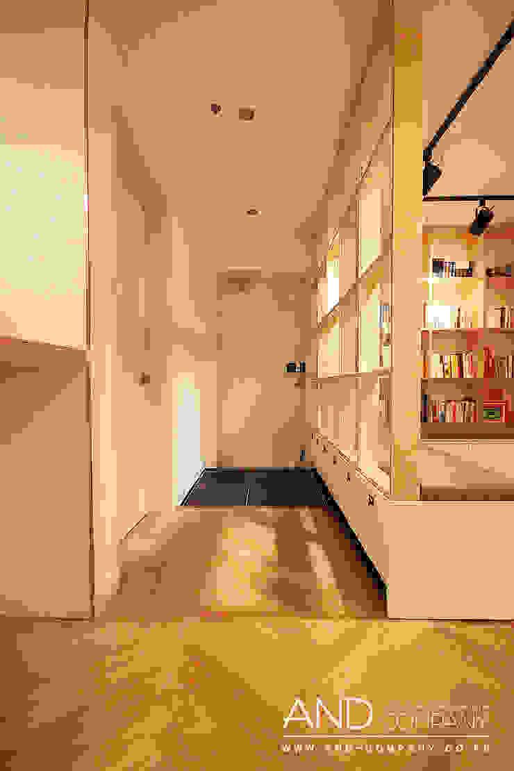 Modern corridor, hallway & stairs by 앤드컴퍼니 Modern