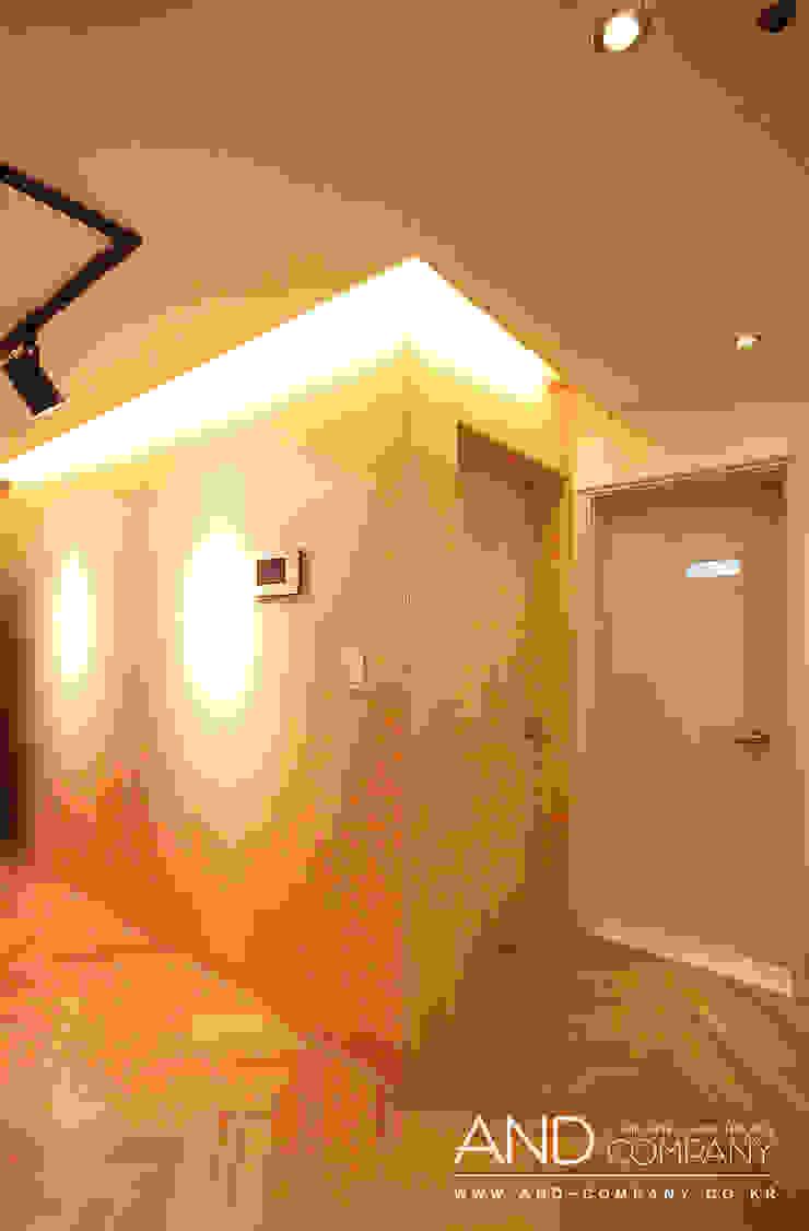 Salas de estar modernas por 앤드컴퍼니 Moderno
