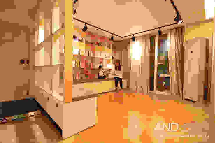 Moderne Wohnzimmer von 앤드컴퍼니 Modern