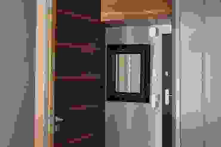 ENDE marcin lewandowicz Modern Corridor, Hallway and Staircase