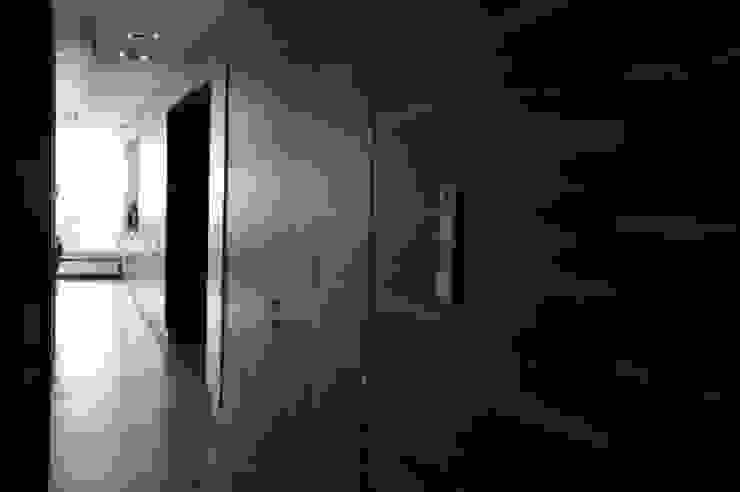 ENDE marcin lewandowicz Minimalist corridor, hallway & stairs