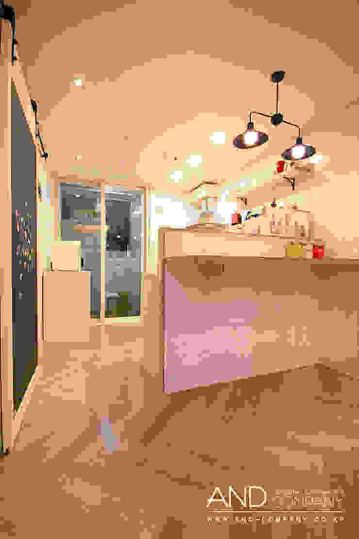 Salas de jantar modernas por 앤드컴퍼니 Moderno