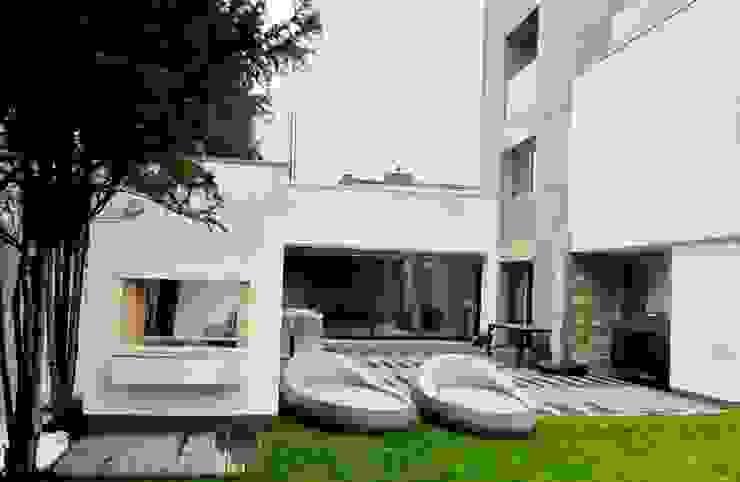 Tarasy-drewniane- Dorota Maciejewska Modern balcony, veranda & terrace