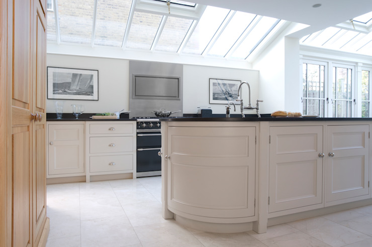 Barnes Townhouse | Simple, White & Bright Classic Contemporary London Kitchen by Humphrey Munson Classic