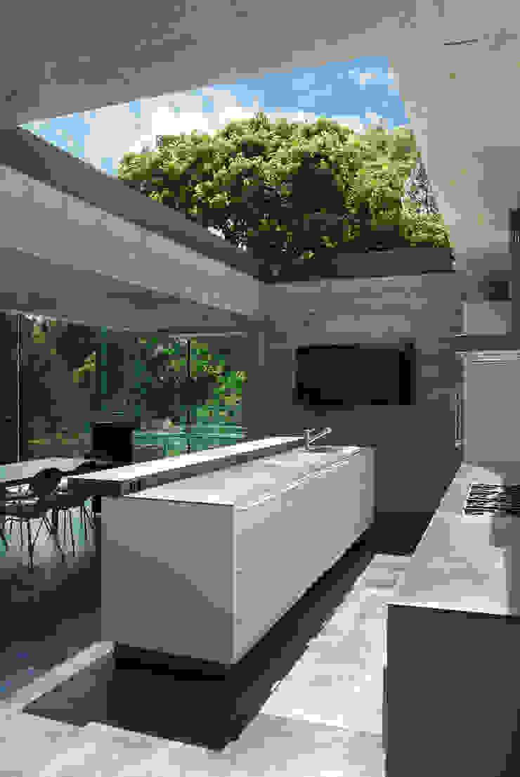 Kitchen with sliding rooflight to create open-air court Cocinas de estilo minimalista de Eldridge London Minimalista