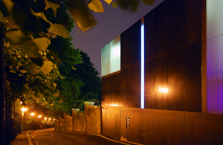Night view of street facade Casas de estilo minimalista de Eldridge London Minimalista Granito