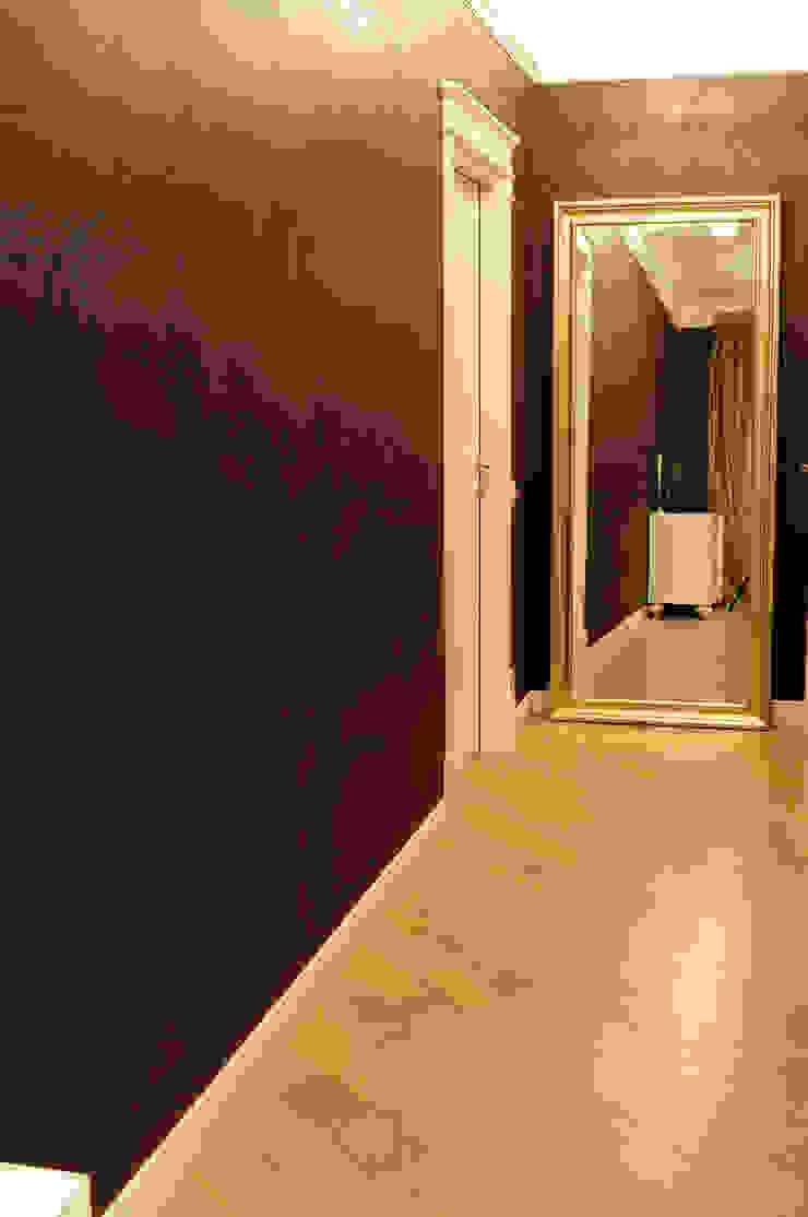 Eclectic style corridor, hallway & stairs by In/De/Art Eclectic