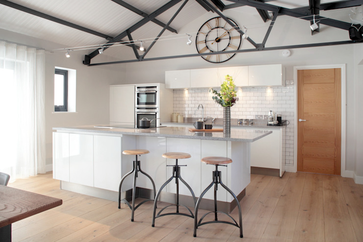 The Cow Shed Barn Conversion Kitchen من in-toto Kitchens Design Studio Marlow كلاسيكي