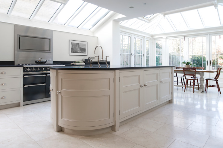 Barnes Townhouse | Simple, White & Bright Classic Contemporary London Kitchen Classic style kitchen by Humphrey Munson Classic