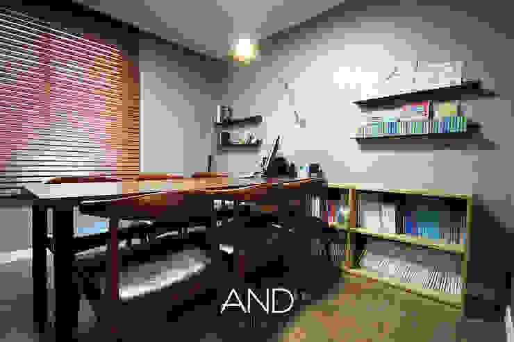 Escritórios modernos por 앤드컴퍼니 Moderno